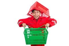 Mann im roten Overall mit Einkaufssupermarktwarenkorb Stockfoto