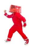 Mann im roten Overall mit Einkaufssupermarktwarenkorb Stockfotos
