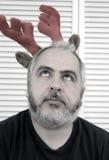 Mann im Rudolph-Kostüm stockbild