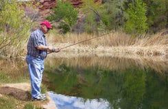 Mann im Ruhestand, der einen Tag des Fischens genießt Stockbilder