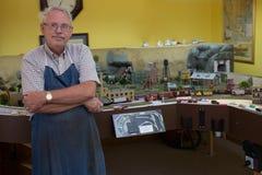 Mann im Ruhestand in der Werkstatt Stockfoto