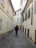 Mann im Schwarzen die Straßen durchstreifend wenn Prag Lizenzfreies Stockbild