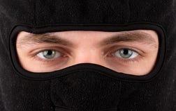 Mann im schwarzen Kopfschutz Stockfotos
