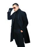 Moderner Mann im schwarzen Mantel lokalisierte oover Weißhintergrund lizenzfreie stockbilder