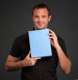 Mann im Schwarzen mit unbelegtem Paket Stockfoto