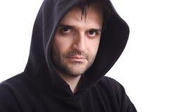 Mann im schwarzen Sweatshirt mit Haubenweißhintergrund Lizenzfreies Stockbild