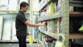 Mann im Speicher Er Reinigungsmittel für sein Haus wählend stock video