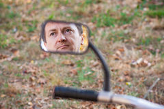 Mann im Spiegel lizenzfreies stockbild