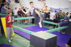 Mann im Sprung auf 5. parkour Wettbewerb zum sich zu bewegen Stockbilder