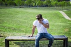 Mann im Stadtpark schreiend auf Bank Stockfotografie