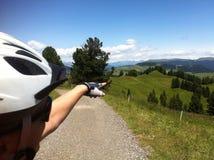 Mann im Sturzhelm in den Alpen Stockfoto