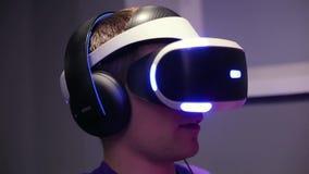 Mann im Sturzhelm der virtueller Realität stock video