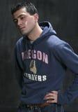 Mann im Sweatshirt und in den Jeans Stockfotografie