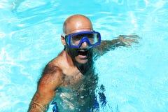 Mann im Swimmingpool Stockfotografie