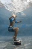 Mann im Swimmingpool Stockfotos