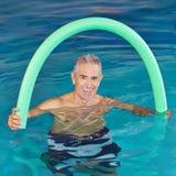 Mann im Swimmingpool, der Aqua tut Stockfoto