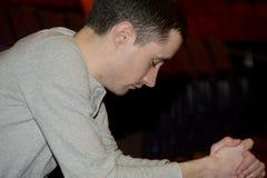 Mann im tiefen Gebet an einem Gottesdienst lizenzfreies stockbild