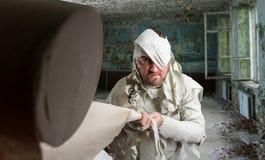 Mann im Toilettenpapier in vernachlässigtem Raum Lizenzfreie Stockbilder