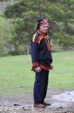 Mann im traditionellen Kostüm der sami Kultur lizenzfreie stockbilder