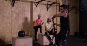 Mann im Turnhallen-Sport Guy Hit Big Tire Crossfit-Training, Sportler-Ausarbeiten ausübend stock video footage