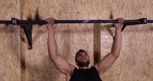 Mann im Turnhallen-Sport Training Guy Pulling At Horizontal Bars Crossfit, Sportler-Ausarbeiten ausübend stock video footage