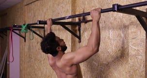 Mann im Turnhallen-Sport Training Guy Pulling At Horizontal Bars Crossfit, Sportler-Ausarbeiten ausübend stock video