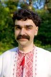 Mann im ukrainischen nationalen Kostüm lizenzfreie stockbilder
