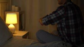 Mann im Verzweiflungsrissfoto mit Freundin zu den Fetzen, defekte Beziehungen, Ärger stock video footage