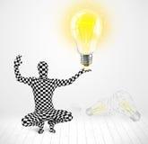 Mann im vollen Körper mit glühender Glühlampe Lizenzfreies Stockfoto