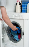 Mann im Wäscherei-Raum Stockfotos