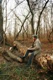 Mann im Wald mit Laptop lizenzfreie stockfotografie