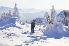 Mann im Wald, Wintertag stockbild