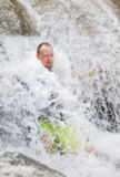 Mann im Wasserfall Lizenzfreies Stockfoto