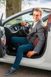 Mann im weißen Auto lizenzfreie stockbilder