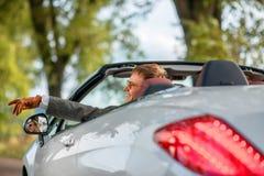 Mann im weißen Auto stockfoto