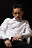 Mann im weißen Hemd Stockfotos