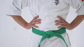 Mann im weißen Kimono stock video footage