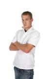 Mann im Weiß mit den Armen gekreuzt Stockfotografie