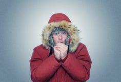 Mann im Winter kleidet Erwärmungshände, Kälte, Winter Stockbilder