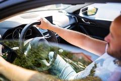 Mann innerhalb des Autos lizenzfreie stockfotografie