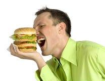 Mann isst Hamburger Stockfoto