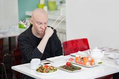 Mann isst Sushi Stockfotografie