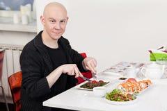 Mann isst Sushi Lizenzfreie Stockfotos