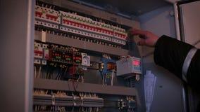 Mann ist in der Verteilung der elektrischen Energie stock footage