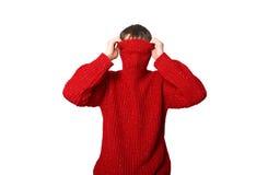 Mann ist in einer roten Strickjacke Lizenzfreie Stockbilder