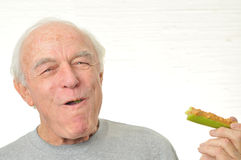 Mann ist glücklich, Sellerie und Erdnussbutter essend Lizenzfreie Stockfotografie
