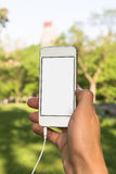 Mann ist hörender Handy im Park Lizenzfreie Stockbilder