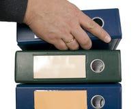 Mann ist Holdingblock der Finanzdokumente Lizenzfreie Stockbilder