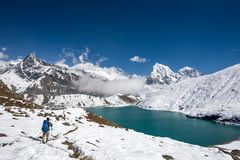 Mann ist Trekking nahe Gokyo See in Everest-Region, Nepal stockfotos