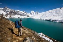 Mann ist Trekking nahe Gokyo See in Everest-Region, Nepal lizenzfreies stockfoto